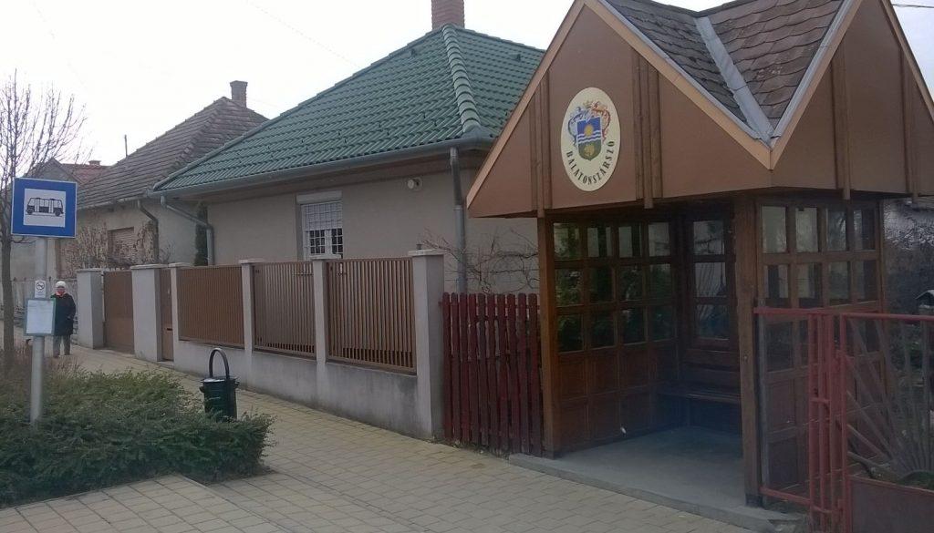 Bus stop in direction of Szólád